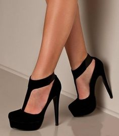 LOVE!LOVE!LOVE! NOTHING SAYS BOLD AND EDGY BUT CLASSIC AND SEXY LIKE AN ALL #BLACK #PUMP WITH A CENTERED STRAP! PULLS OFF SIMPLE BUT UNIQUE INCREDIBLY!
