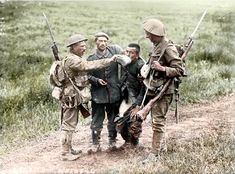 1916 British soldiers give a drink to a wounded German soldier during the Battle of the Somme. History Online, World History, Nz History, World War One, First World, Batalha Do Somme, Schlacht An Der Somme, Ww1 Pictures, Historical Pictures
