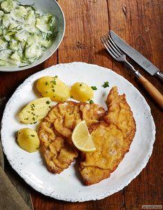 So muss es aussehen: goldgelb, wellig und hauchdünn. Dazu Gurken-Dill-Salat - Schnitzelkultur in Reinform.