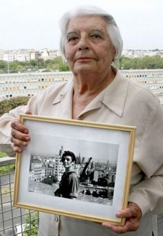 Marina Ginestà holding a photo of herself when she was a old socialist militant, the iconic photo of the Spanish civil war taken in 1936 by photojournalist Juan Guzmán on the roof of the Hotel Colón at the Plaça de Catalunya in Barcelona. Antique Photos, Old Photos, Military Coup, Famous Photos, War Photography, People Of Interest, Military Women, Female Soldier, Illustrations