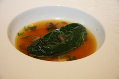Foie gras de canard cuit vapeur, servi dans un bouillon de crevettes grises, parfumé au galanga et citronnelle