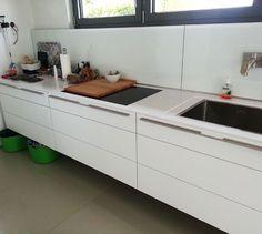 #Silestone #Arbeitsplatte und dazu gehöriger Glasrückwand verleihen ein schnittiges Aussehen zu dieser Küche.  http://www.silestone-deutschland.com/silestone_arbeitsplatten