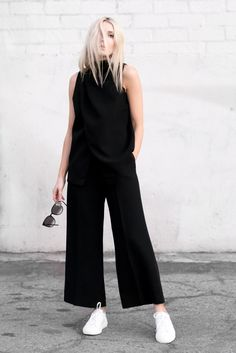 Find here inspiration for a black culottes outfit. Style tips on how to wear black culottes or what to wear with black culottes. Mode Outfits, Casual Outfits, Fashion Outfits, Womens Fashion, Sneakers Fashion, Culotte Style, Street Chic, Street Style, Best Summer Shoes