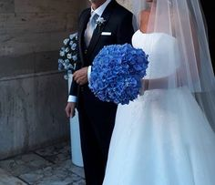 wedding bouquet with blue hidrangea
