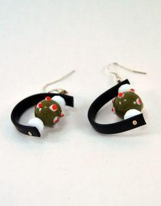 €8,00 Σκουλαρίκια με καοτσούκ και γυάλινες χάντρες. Jewelry Ideas
