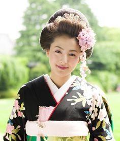 Bride in Hiki-hulisode hiki-hulisode: Japanese wedding kimono Japanese Wedding Kimono, Japanese Kimono, Geisha, Traditional Hairstyle, Japanese Costume, Hair Arrange, Traditional Wedding Dresses, Traditional Outfits, Oriental Fashion