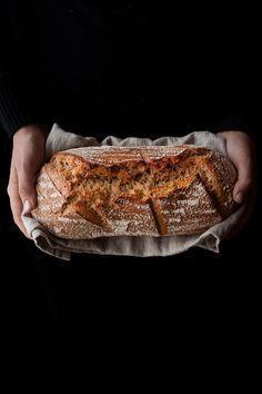 Esta receta de pan me tiene enamorada por completo, he perdido la cuenta de las veces que la he hecho y es que es pan para nivel de principiante como yo. Con unos cuantos trucos, tras hornearlo, te crees ¡Hasta panadero! Hace varios meses que decidí, siempre que pudiese y dispusiese de tiempo, preparar … Pan Bread, Bread Cake, Sourdough Recipes, Bread Recipes, Crepes, Latin American Food, Good Food, Yummy Food, Salty Foods