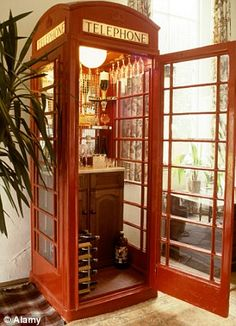 Using an old telephone booth for a bar. Architectural Antiques has an old phone booth that you can use to recreate this awesome mini bar! Diy Vintage, Vintage Bar, Vintage Pyrex, Vintage Stuff, Vintage Decor, Telephone Booth, Vintage Telephone, Drinks Cabinet, Game Room