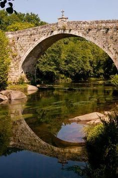 Puente gótico de San Clodio, que salva las aguas del río Avia, entre Ribadavia y O Carballiño.