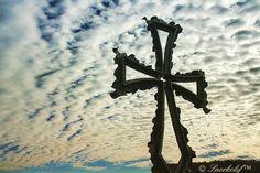 ...cruz...cielo, nubes..