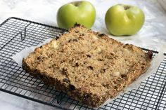 Naturally sweetened apple and sultana cinnamon flapjacks Flapjack Recipe, Healthy Cake, Healthy Treats, Healthy Recipes, Vegan Baking, Healthy Baking, Sugar Free Flapjacks, Cooked Apples, Recipes