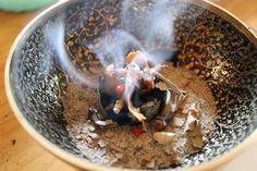 Das Räuchern mit aromatischen Kräutern, Hölzern und Harzen begleitet die Menschheit bereits durch viele Jahre und Kulturen. Schon für die alten Ägypter war ein Tag ohne Duft ein verlorener Tag. Ger...