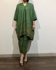Batik in green Kaftan Batik, Kulot Batik, Batik Kebaya, Kebaya Dress, Batik Dress, Muslim Fashion, Hijab Fashion, Fashion Dresses, Model Kebaya