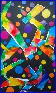 Déchirage d'une peinture coloré à coller sur un fond avec des gommettes colorées