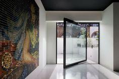 Hoy te mostramos unas diez opciones impresionantes de puertas pavitantes hechas de distntos materiales y de tamaño muy grande para que te inspires.