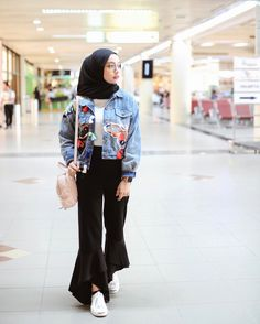 "10k Likes, 49 Comments - Erlinda Yuliana (@joyagh) on Instagram: ""Before flight ✈️ Wearing jacket @cookiehijab & pants @iymelsayshijab ✨"""