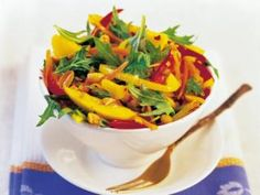 Thailändischer Mangosalat mit gerösteten Erdnüssen - Rezept | DasKochrezept.de