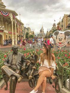 As 15 Melhores Inspirações de Fotos para Fazer na Disney [ Suelen Santos - Moda, Lifestyle, Comportamento e mais! ] Disney Magic, Walt Disney, Disney World Trip, Disney Trips, Disney Poses, Tumblr Bff, Disney Parque, Disney Word, Cute Disney Pictures