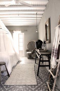 Modern, moody, simple morocco style. Met lichtere muren en wat meer kleur