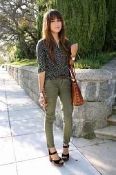 Olive jeans and black/white polka dot top Clogs Outfit, Sandals Outfit, Casual Outfits, Cute Outfits, Fashion Outfits, Gothic Fashion, Outfits Pantalon Verde, Olive Green Pants Outfit, Cargo Pants Outfit