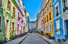 Notting Hill à Paris : rue Crémieux (12ème) Les aficionados de la capitale britannique trouveront sûrement à cette rue pavée des faux airs de Portobello Road, dans le quartier pastel de Notting Hill. Murs peinturlurés, façades arc-en-ciel et fresques en trompe l'œil. C'est un peu l'excentricité londonienne qui déboule à Paris.  Métro : Quai de la Rapée