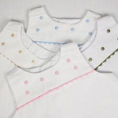 Faldones de piqué con zig zag rosa. Ropa clásica para bebé. Precioso faldón de piqué blanco con corte en el pecho. Zig zag y bodoques bordados en rosa. Para bebés de 0-6 meses. Ideal para combinar con las camisas de primera postura tipo body y las chaquetitas toreras. 65% algodón, 35% poliester. 25,00 €