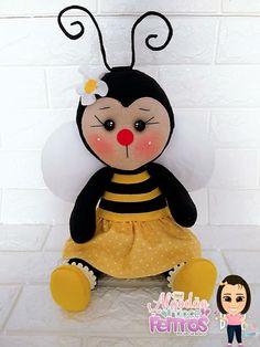 Molde de abelhinha sentada  para imprimir Baby Crafts, Cute Crafts, Felt Crafts, Sock Toys, Felt Toys, Felt Patterns, Stuffed Toys Patterns, Baby Gadgets, Baby Rattle