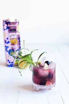 Alkoholiton mustikka-limedrinkki sopii myös raikastavaksi booliksi. #juoma #drinkki #mocktail