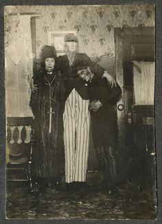 Vintage photographs show bizarre and inventive Halloween costumes from a giant pair of eyes to a pork chop Creepy Old Photos, Photo Halloween, Vintage Halloween Photos, Creepy Pictures, Halloween Pictures, Creepy Halloween, Happy Halloween, Bizarre Photos, Halloween 2019