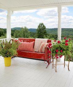 A varanda da frente da casa do estilista Cynthia Steffe, equipado com um planador de metal vintage, oferece uma vista sonhador das Montanhas Catskill.