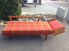 Svane daybed, fra Ekornes med originalt trekk i orange og rødt. Ramme i teak. Oppbevaring til sengetøy under sofa sete. Pris kr 2 500,-