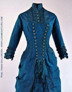 Cc. 1880 robe soie brochée , faille , franges de soie , expo . l'impressionisme et la mode