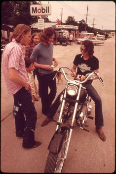1970s Aesthetic, Aesthetic Vintage, Vintage Photographs, Vintage Photos, San Antonio, Two Girls, Vintage Motorcycles, Honda Motorcycles, 70s Fashion