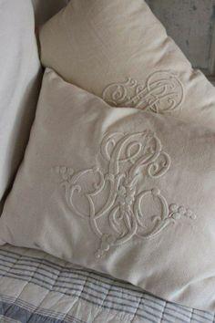 Γγρ│ Très Shabby chic : Monogrammes en broderie ancienne sur linge ancien en lin pour habiller de façon romantique des jolis coussins.