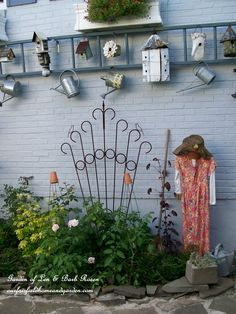 Great DIY garden idea: hang an old ladder horizontally to display garden art
