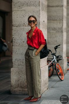 Estilo de Rua - Streetstyle Street Style 2 Haute Couture Fall / Winter Street Style: Evangelie Smyrniotaki - Gray linen trousers with red shir. Office Fashion, Work Fashion, Trendy Fashion, Winter Fashion, Womens Fashion, Fashion Trends, Style Fashion, Trendy Style, Summer Street Fashion