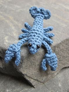Free pattern for a little blue lobster. Don't worry! He won't pinch you! I'm making a beach bag with him hanging from it! ¯\_(ツ)_/¯