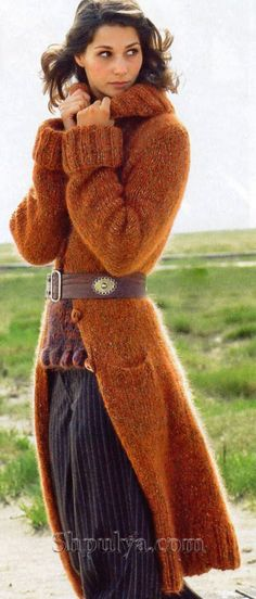Пальто коньячного цвета, вязаное спицами
