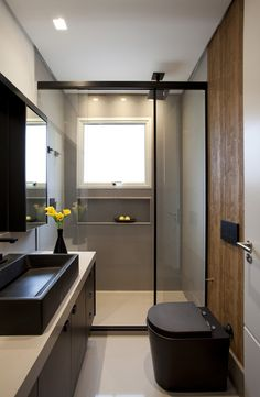 [New] The 10 Best Home Decor Ideas Today (with Pictures) - Banheiro com detalhes em preto! Bathroom Wall Decor, Bathroom Colors, Bathroom Interior Design, Interior Exterior, Interior Design Living Room, Small Bathroom, Big Shower, Beautiful Bathrooms, Decoration
