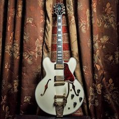 Gibson ES-335 in Classic White with Bigsby