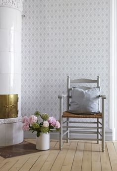 Wallpaper Lilly from collection Falsterbo II - Scandinavian Wallpaper Scandinavian Wallpaper, Scandinavian Interior, Swedish Decor, Swedish Interiors, Interior And Exterior, Interior Design, Swedish House, Living Furniture, Wall Wallpaper