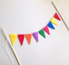 banderines arcoiris para decorar tortas de cumpleaños