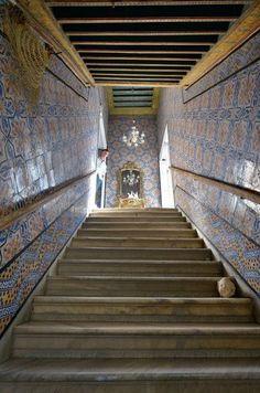 Dans une envolée de céramiques de Nabeul, le sublime escalier dallé de marbre joue dentrée le choc dun lieu assez unique restylisé par Philippe Xerri.