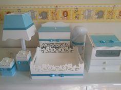 Confeccionado em Mdf. <br>Acabamento com tinta esmalte alto brilho. <br>Detalhes revestidos em tecido e fitas com acabamento em laço tipo channel. <br>Personalizados com o tecido que desejar, conferindo conforto e harmonia com a decoração. <br>O kit higiene é perfeito para a decoração e organização do quartinho do bebê. <br>Monte o seu, peça o orçamento! Decoupage, Disney Paper Dolls, Lampshade Redo, Kit Bebe, Painted Trays, Baby Kit, Craft Party, Baby Decor, Clever Diy