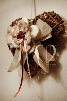 Cuore in midollino intrecciato, applicazione con fiore in tessuto e lino, fiocco in lino grezzo