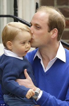 Prince William planted a kiss on Prince George's head on the way into see newborn Princess Charlotte Elizabeth Diana of Cambridge on May 2015 Prince William Et Kate, Prince George Alexander Louis, Kate Middleton Prince William, Duke William, George Of Cambridge, Duchess Of Cambridge, Prince Georges, Lady Diana, Duchesse Kate