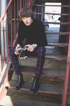 紺白ドットシャツ×黒スキニー×黒サイドゴアブーツ | メンズファッションスナップ フリーク | 着こなしNo:102819