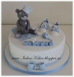 Dåpskake med bamse, converse sko og sløyfe Baby Birthday Cakes, Baby Boy Cakes, Cakes For Boys, Baby Shower Cakes, Baby Christening Cakes, Cute Cakes, Fondant Cakes, Kids And Parenting, Cake Decorating