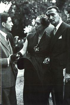 Elsa Schiaparelli, era amiga dos artistas da época, como Jean Cocteau, Christian Bérard e o surrealista Salvador Dalí, com quem ela mais se identificou.