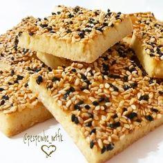 """450 Beğenme, 26 Yorum - Instagram'da ÖzNur&Ahmet (@oz.nurozkan): """"👉Tuzlu Susamlı Çörek Otlu Kurabiye 🎀Malzemeler: ✔125 gr oda sıcaklığında iyice yumuşamış tereyağı…"""""""